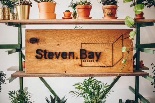 steven bay_logo auf holz
